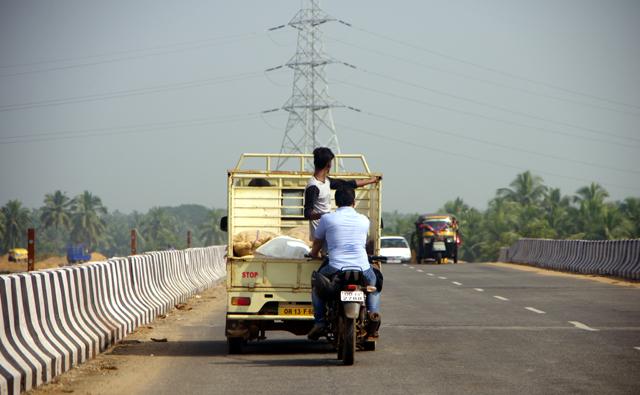 インドの道路で見つけたものに近づくと