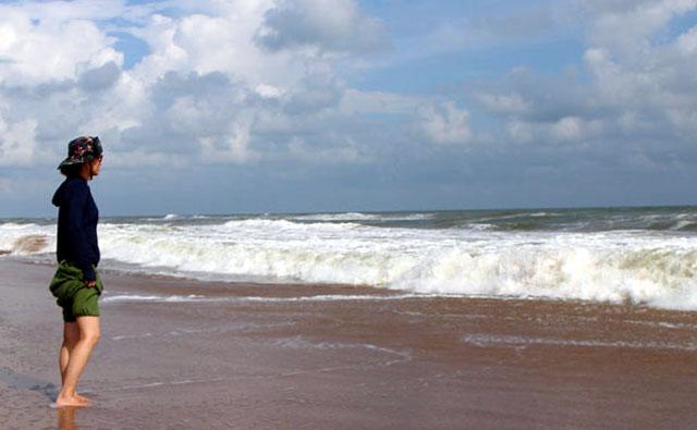 インド、プリーの波辺にて