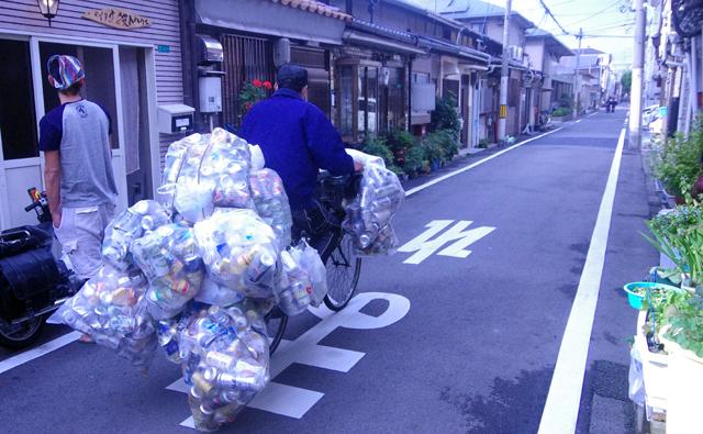ゴミを大量に積んだ自転車
