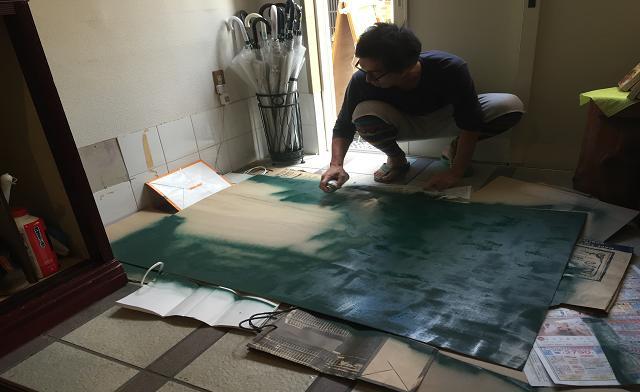 初めての黒板スプレーをノリノリで塗るりょうじ