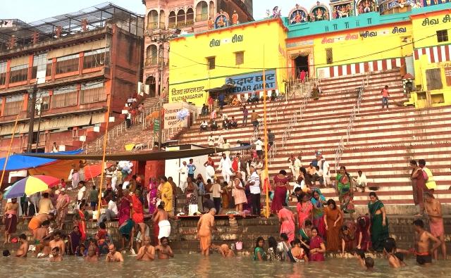 ヒンドゥの聖地バラナシのガンジス川