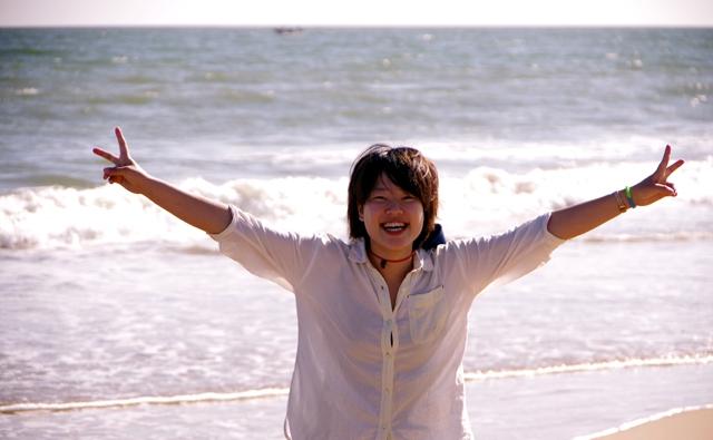 ベンガル湾を背に笑顔のはる