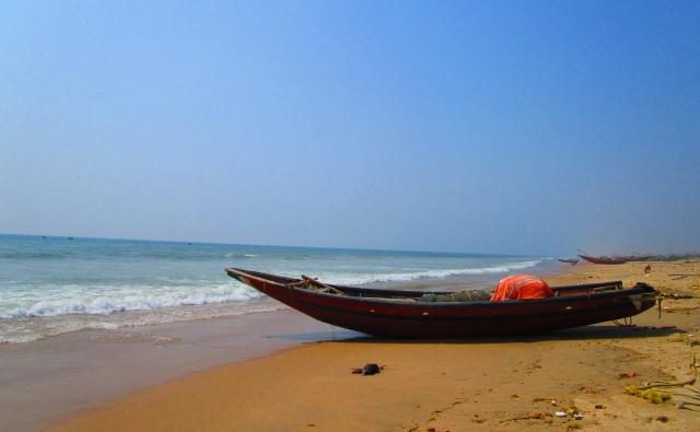 漁船と青い海の写真です。