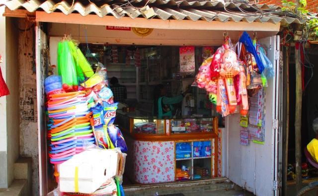 女性が店頭で商品を売っています。
