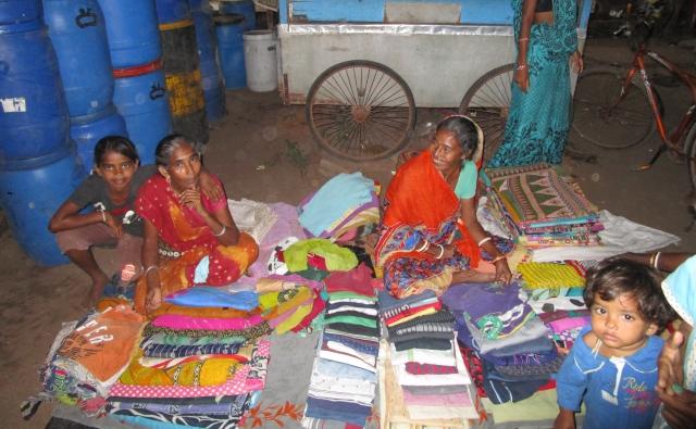 路上で服を売る女性たち。