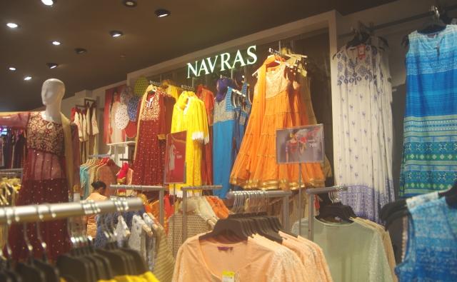 1階のレディースファッション売り場。カラフルな洋服がたくさんあります。