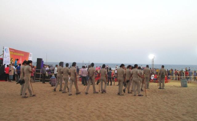 浜辺に現れた警備員さんたち。
